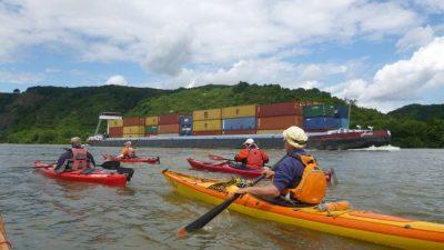 Kajaks auf dem Rhein vor Container-Schiff