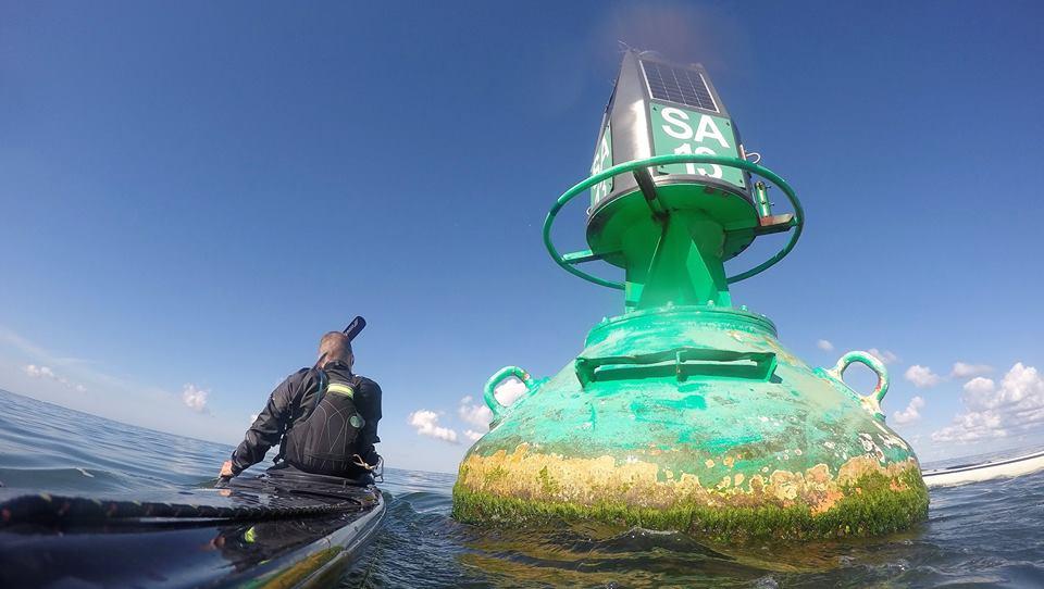 Seekajak neben Seezeichen auf dem Meer